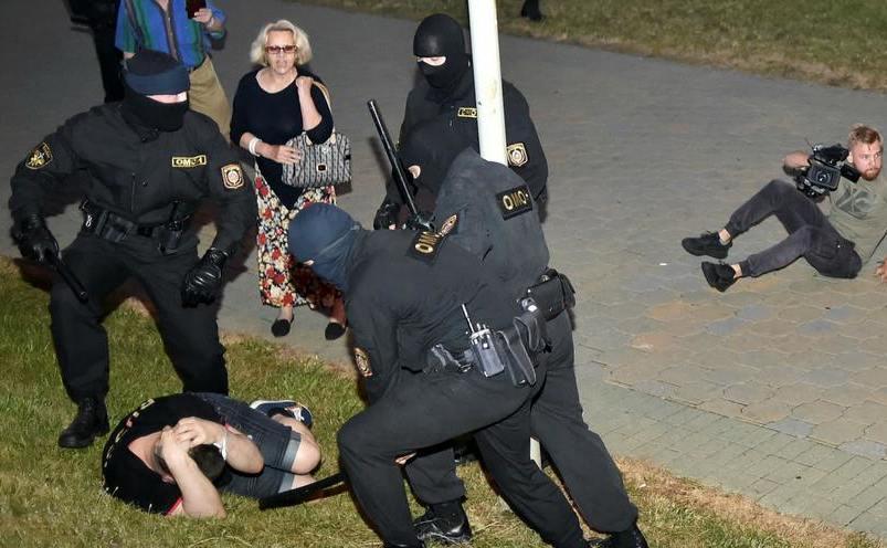 Poliţia din Bielorusia agresează manifestanţi