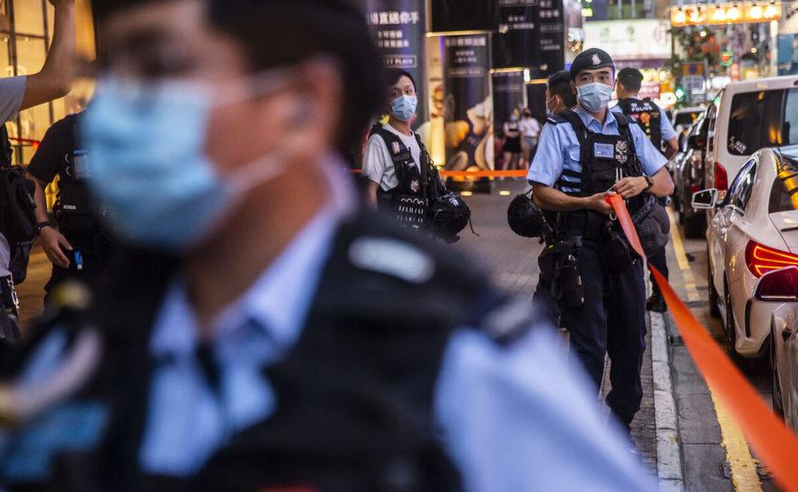 Poliţia din Hong Kong instalează un cordon pentru a limita accesul oamenilor la un protest într-un mall, 11 august 2020