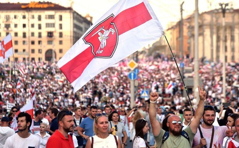 Proteste masive duminică în Bielorusia, la o săptănână după alegerile considerate fraudate în care a câştigat ultimul dictator al Europei, Alexander Lukaşenko