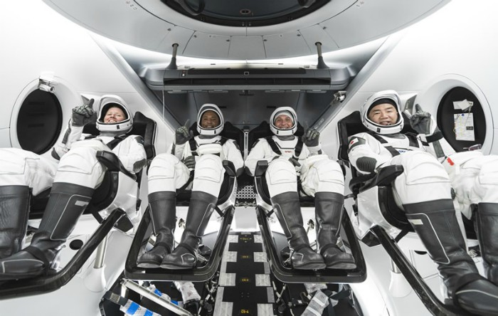 De la stânga la dreapta astronauţii Shannon Walker,Victor Glover, Mike Hopkins, Soichi Noguchi