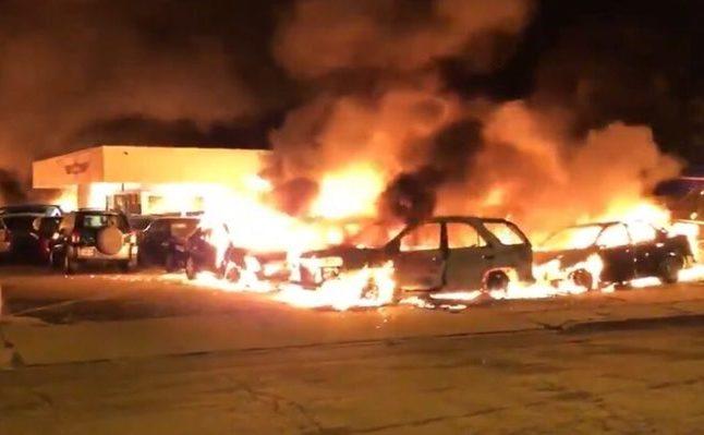 Un dealer de autovehicule arde în dKenosha,  Wisconsin, dimineaţa zilei de 24 august 2020