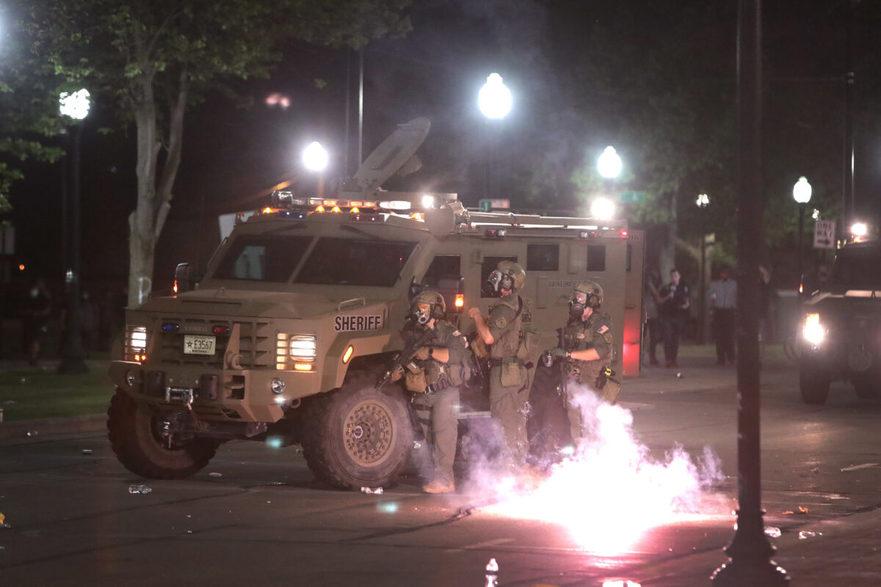 Coctailuri Molotov aruncate către poliţie în Kenosha