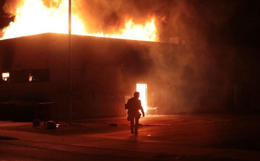 Poliţist în faţa unei clădiri a Tribunalului din Kenosha arzând, Wisconsin, 24 august 2020