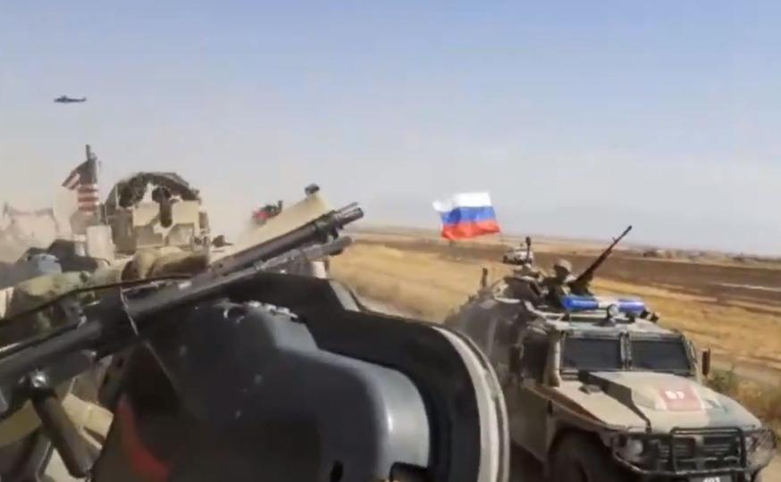 Militari ruşi în Siria provoacă un convoi de blilndate american în nord-estul siriei, 26 august 2020