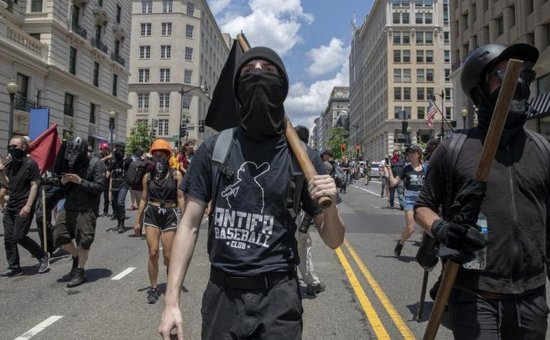 Protestatari ai grupării radicale de stânga, Antifa, în SUA