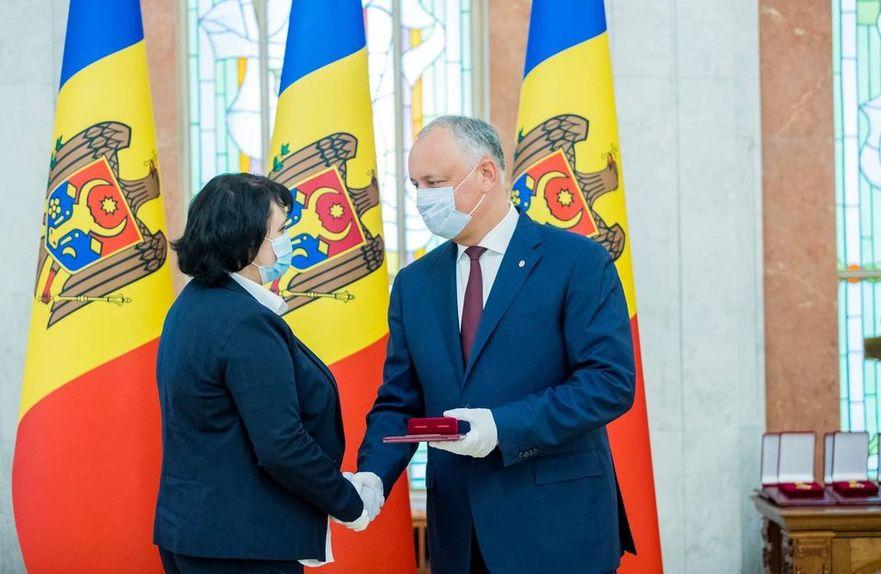 Igor Dodon i-a înmânat Vioricăi Dumbrăveanu Ordinul de Onoare