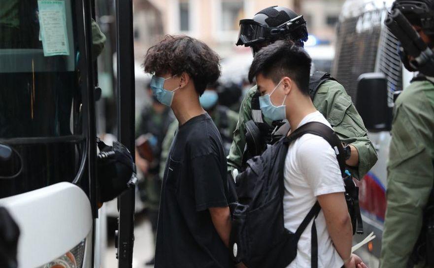 Guvernul marionetă al oraşului Hong Kong arestează activişti anti-comunişti pe 1 octombrie, ziua în care Partidul Comunist a obţinut controlul asupra Chinei