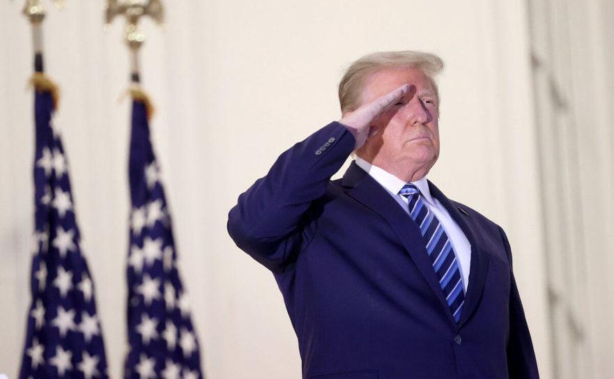 Donald Trump, salutând în momentul revenirii la Casa Albă, după ieşirea din spital