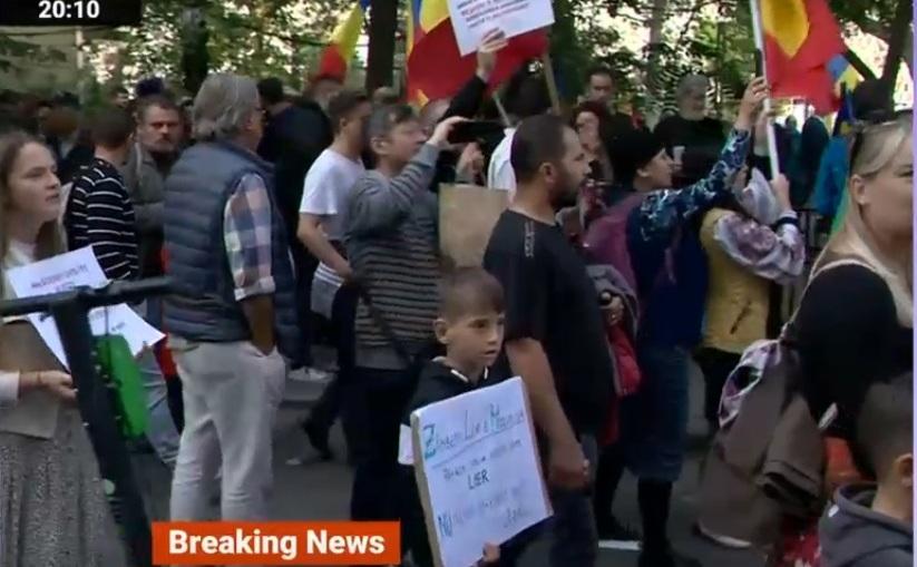 """Imagini de la protestul """"anti-mască"""", din Piaţa Universităţii"""