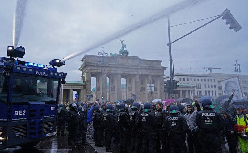 Proteste împotriva noii legislaţii anti-COVID la Berlin