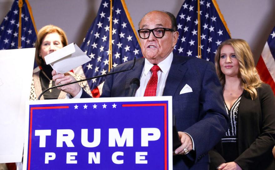 Avocat al lui Donald Trump şi fost ărimar al oraşului New York, Rudy Giuliani, la o conferinţă împreună cu un al avocat al preşedintelui american, Sidney Powell (S), 19 noiembrie 2020