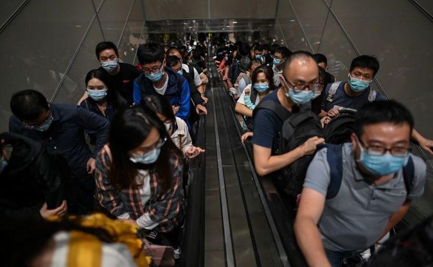 Pasageri cu măşti sosind pe aeroportul internaţional Pudong din  Shanghai, 29 septembrie 2020