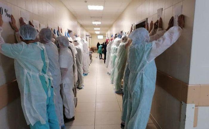 Medicii bieloruşi la un protest de susţinere a unui coleg de-al lor care a fost arestat pentru că a dezvăluit uciderea, de către regimul Lukaşenko, a protestatarului Roman Bondarenko