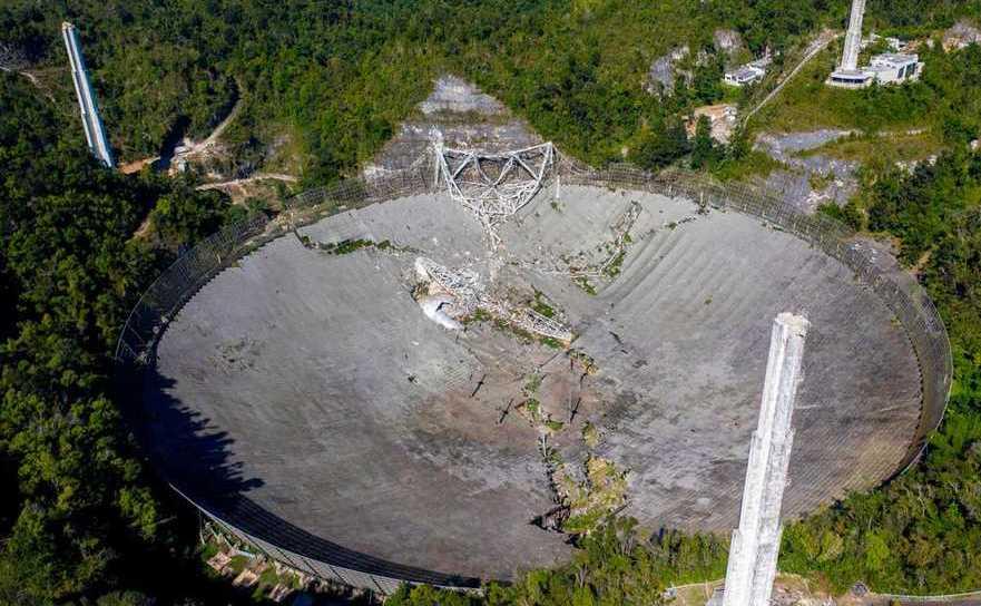 Platforma suspendată a radiotelescopului de la Arecibo a căzut, distrugând observatorul