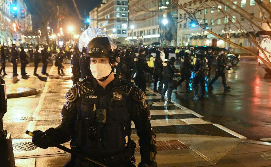 Ofiţeri de poliţie cu echipament anti-revoltă desfăşuraţi în timpul protestului din 12 decembrie 2020 în Washington