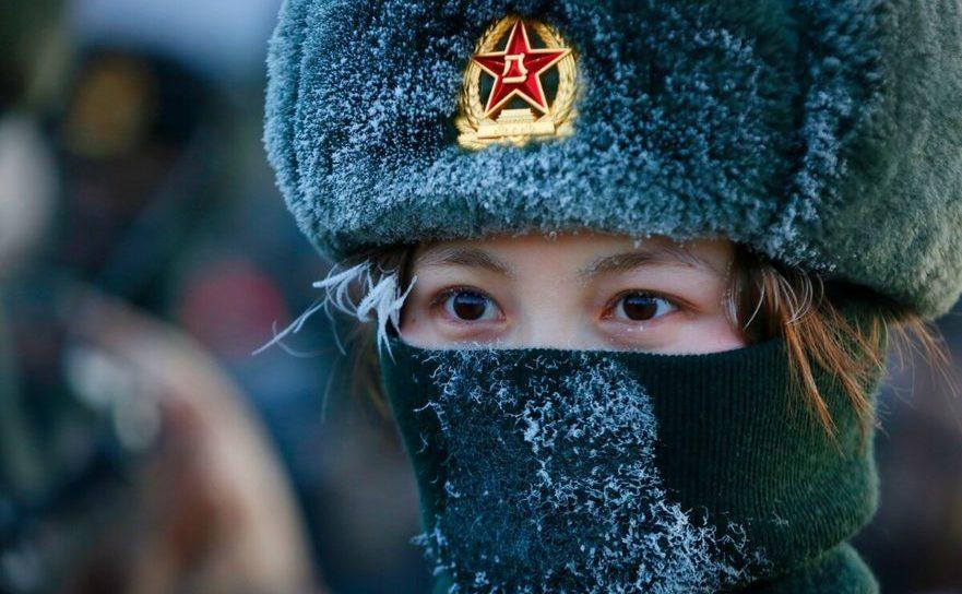 O femeie, membră a Armatei de Eliberare a Poporului, în regiunea Xinjiang