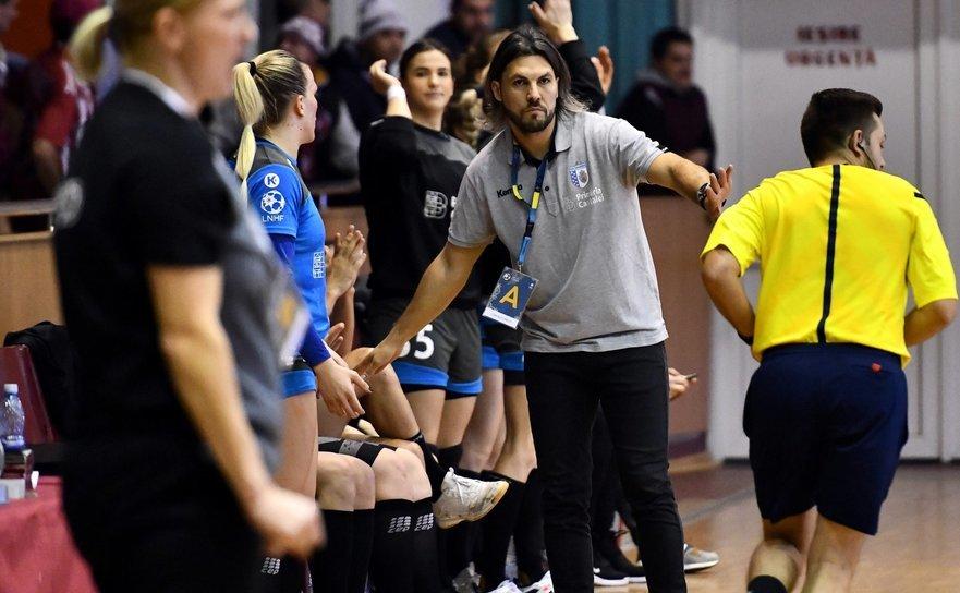 Antrenorul echipei de handbal feminin CSM Bucureşti, Adrian Vasile.