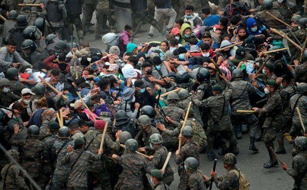 Caravana de migranţi din Honduras se luptă cu forţele de ordine din Guatemala în Vado Hondo, 17 ianuarie 2021