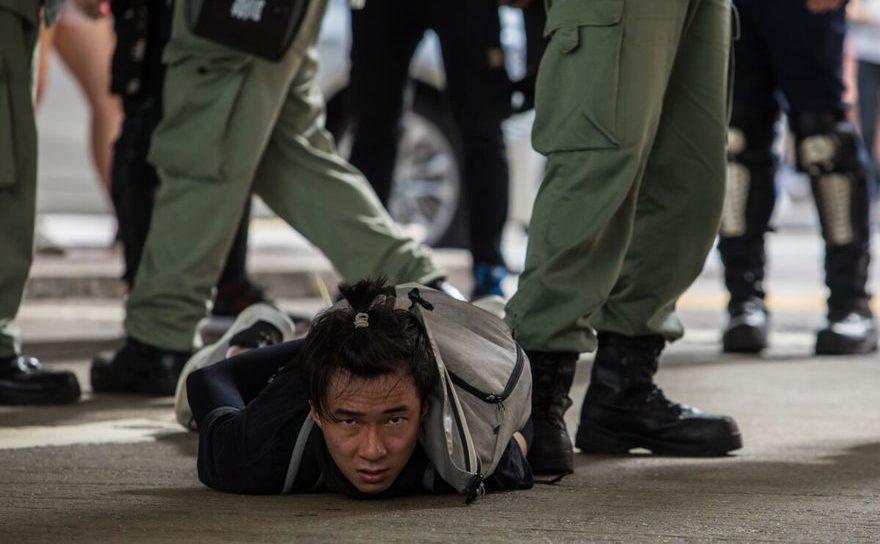 Protestatar anti-comunist reţinut de poliţia anti revoltă din Hong Kong - 1 iulie 2020