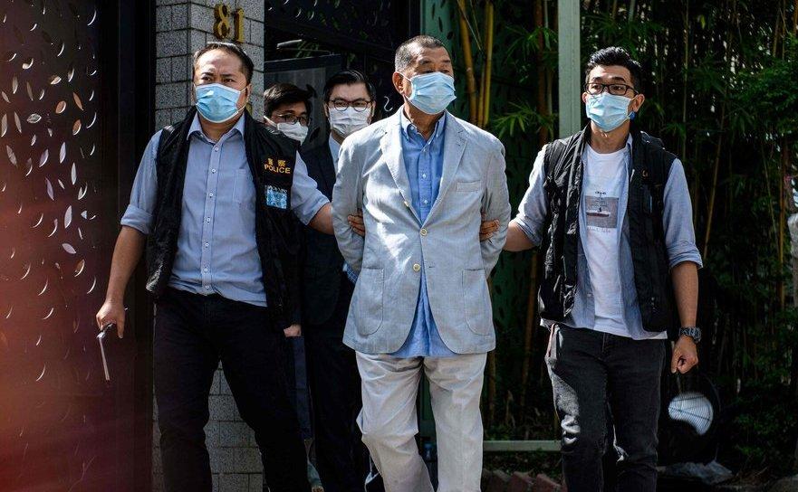 Jimmy Lai, magnatul anticomunist din Hong Kong, plimbat în cătuşe la ordinul Partidului