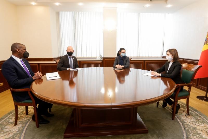 Maia Sandu în cadrul întrevederii cu Dereck J. Hogan şi cu noul şef al Misiunii USAID la Chişinău, Scott Hocklande