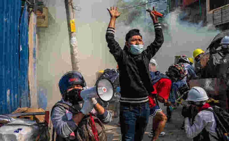 Birmania: Armata începe să tragă pe scară largă în protestatari cu muniţie de război