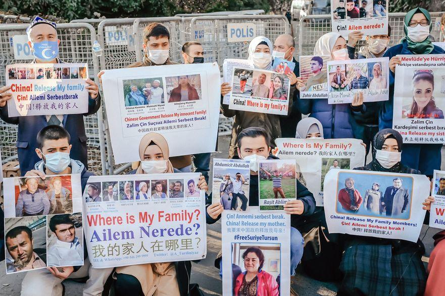 Membrii minorităţii uigure musulmane ţin pancarte în timpul unui  protest în faţa consulatului chinez la 30 decembrie 2020, în Istanbul, pentru a-şi exprima îngrijorarea după ce China a anunţat  ratificarea unui tratat de extrădare cu Turcia.