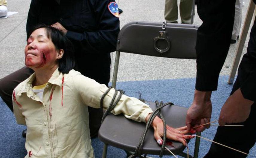 Punerea în scenă, pentru documentare, a unor metode brutale folosite la torturarea femeilor practicante Falun Gong în lagărele de concentrare ale Partidului Comunist Chinez