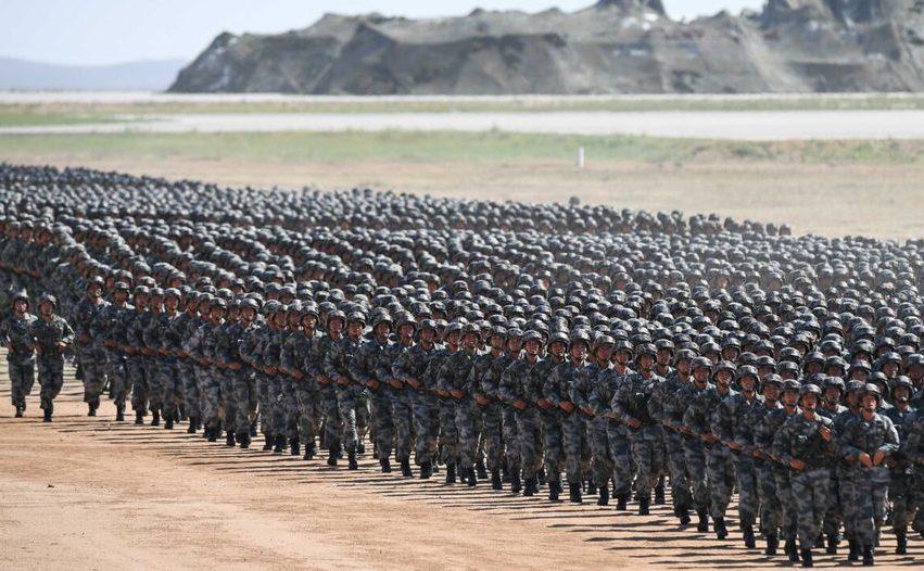 Soldaţi chinezi mărşăluind în cadrul unei parade militară la baza de  antrenament Zhurihe din regiunea Mongoliei Interioare, 30 iulie 2017