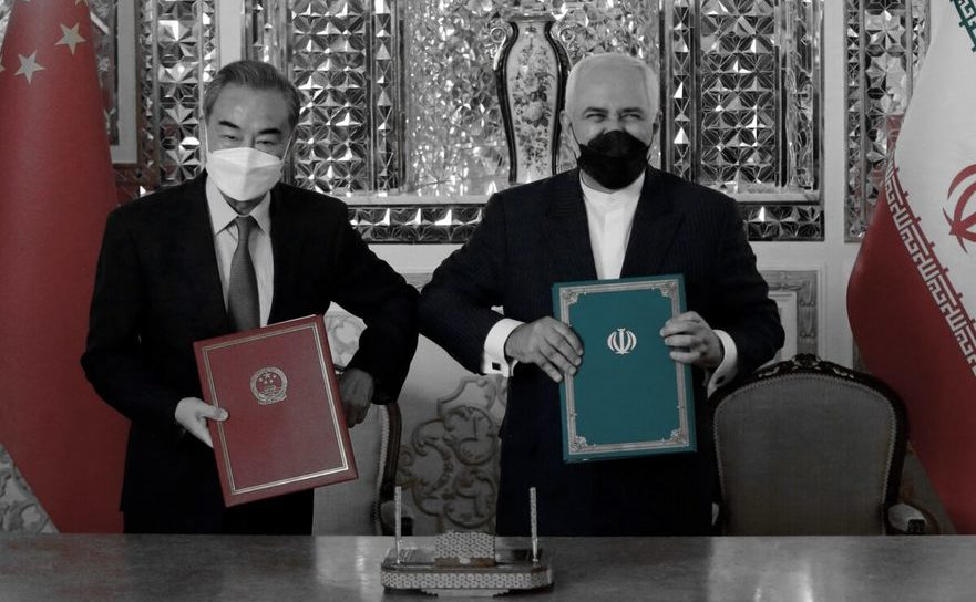 Ministrul iranian de Externe, Mohammad Javad Zarif (D), împreună cu omologul său chinez, Wang Yi, după semnarea unui acord de investiţii în Teheran, 27 martie 2021