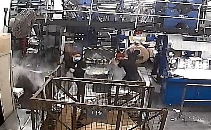 Atacatori înarmaţi cu baroase atacă maşinile de tipărit ale tipografiei Epoch Times Hong Kong, 12 aprilie 2021
