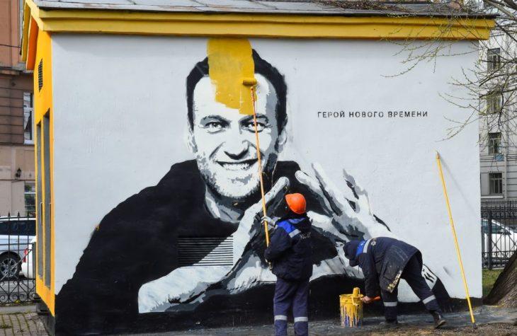 Pictură murală cu Alexei Navalnîi îngropat sub un strat de vopsea în St. Petersburg