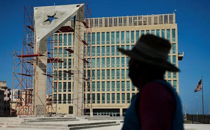 Steag cubanez din beton ridicat în faţa Ambasadei SUA din Havana