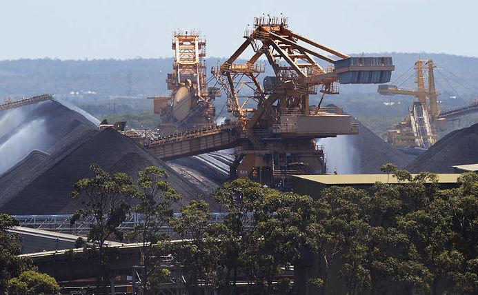 Operaţiuni de încărcare a cărbunelui în portul Newcastle, provincia New South Wales, Australia