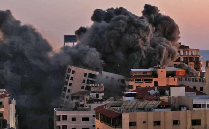 Lovituri aeriene israeliene dărâmă blocul Hanadi din Făşia Gaza, care găzduia birouri ale organizaţiei Hamas