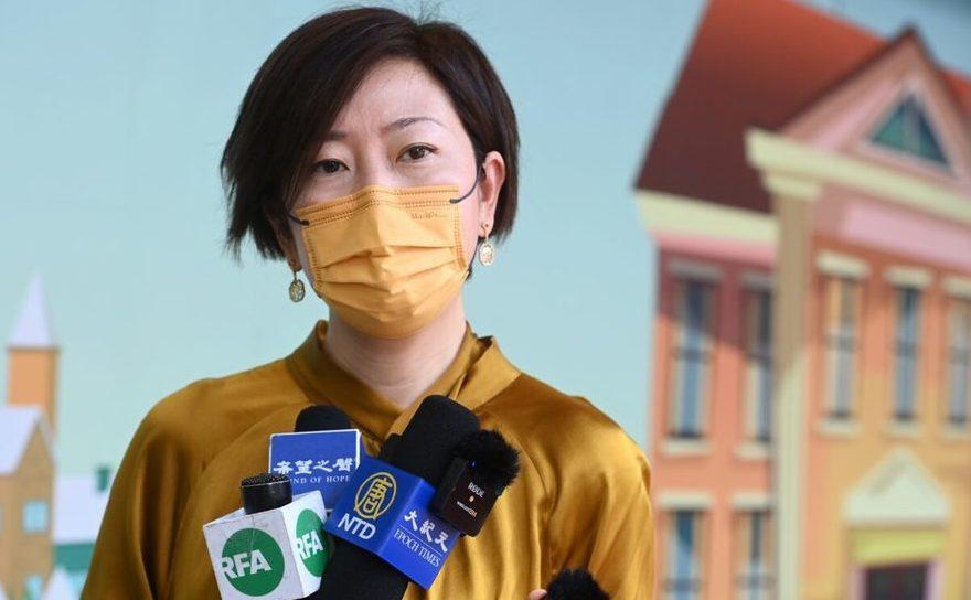 Sarah Liang, reporter al ediţiei Epoch Times din Hong Kong, vorbeşte presei locale în faţa spitalului Queen Elizabeth, 11 mai 2021