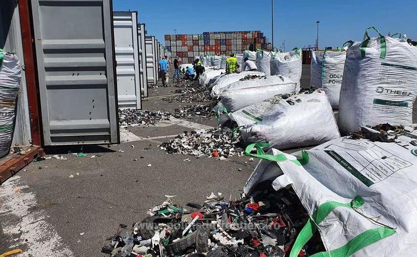 Containere cu deşeuri, în Portul Constanţa
