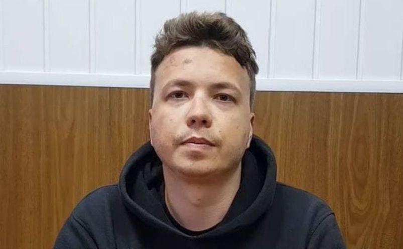 """Roman Protasevici apărând într-un material video unde îşi mărturiseşte vina pentru organizarea de """"tulburări"""""""