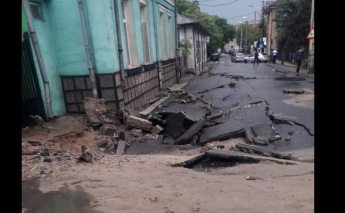 Strada surpata in Craiova dupa ploaie