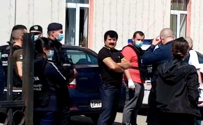Primarul Marin Voicu, adus de anchetatori la sediul primăriei Ciorani unde continuă percheziţiile