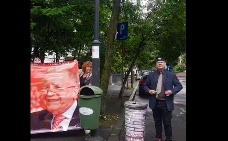 Protest la Ion Iliescu in poarta
