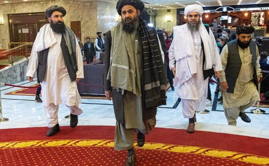 Mullah-ul Abdul Ghani Baradar (C) împreună cu alţi membri ai mişcării talibane la conferinţa internaţională pentru Afghanistan, Moscova, 18 martie 2021