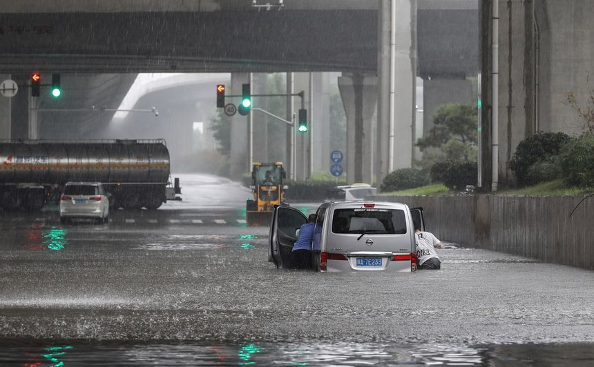 Inundaţiile din oraşul Zhengzhou omoarâ peste 10 persoane