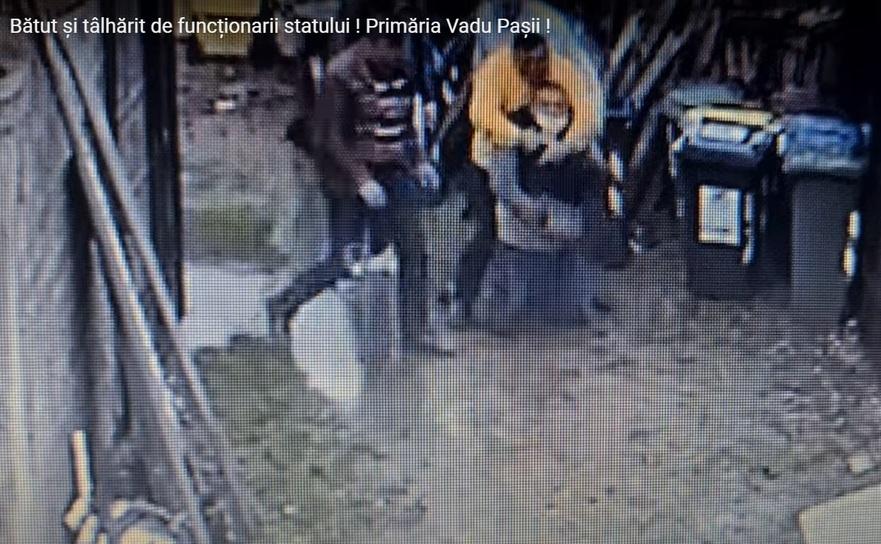 Activistul civic buzoian Robert Gabriel Niţu pus jos şi l-au luat la pumni şi picioare, cu participarea primarului Firon.
