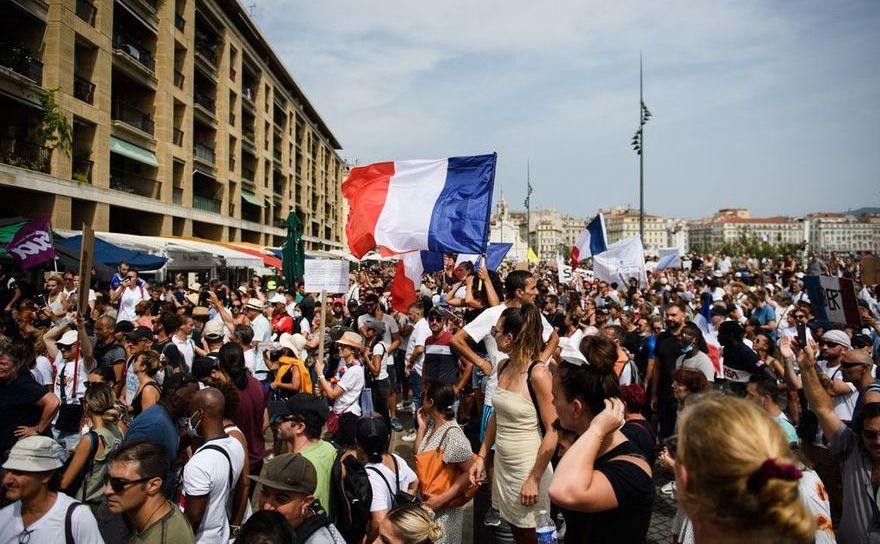 Sute de mii de francezi demonstrează şa Paris împotriva vaccinării