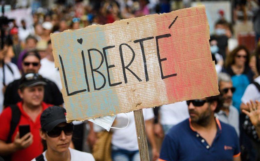 Sute de mii de persoane au participat, sâmbătă 24 iulie 2021, în Franţa, la manifestaţii împotriva obligativităţii vaccinării