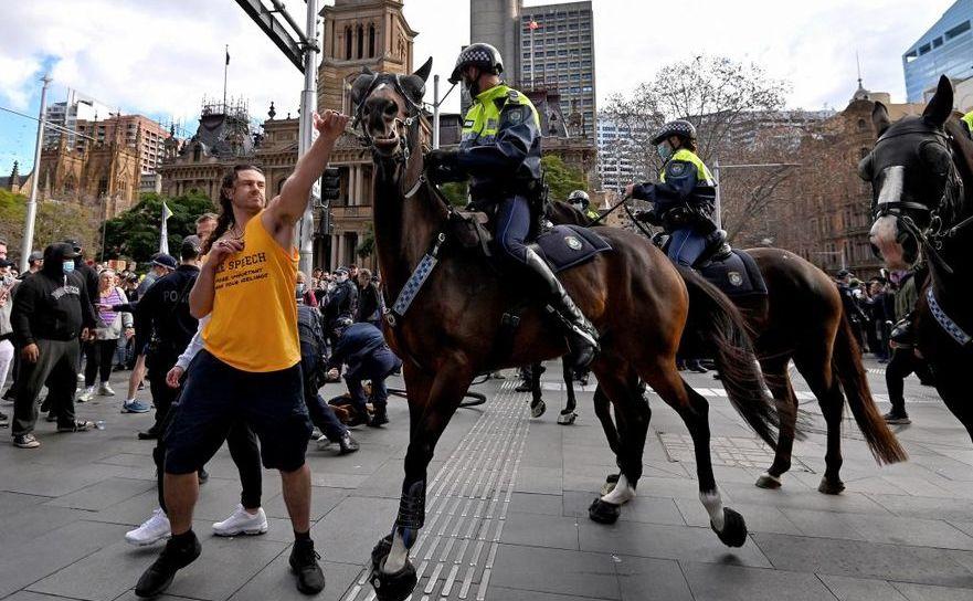 Poliţie călare şi protestatari la Melbourne, 24 iulie 2021