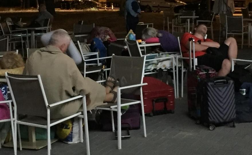 Grupul de turişti români au dormit pe scaune, in frig