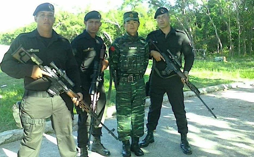 Ofiţeri ai forţelor speciale cubaneze - Beretele Negre - pozând împreună cu antrenorii lor chinezi la o şcoală de antrenament din China, fotografie nedatată