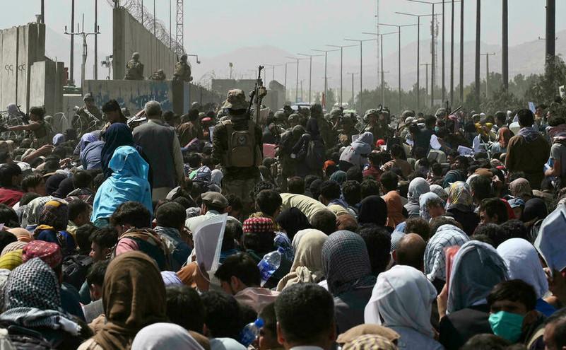 Mulţimi de afgani încercând să ajungă pe aeroportul din Kabul, august 2021